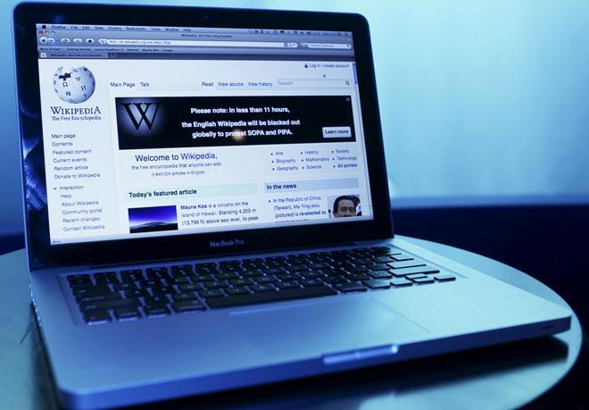 Сайт Wikipedia на ноутбуке