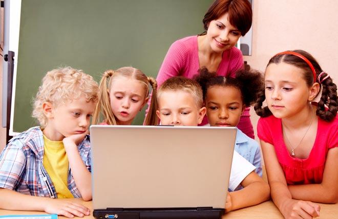 преподаватель ведет интерактивный урок